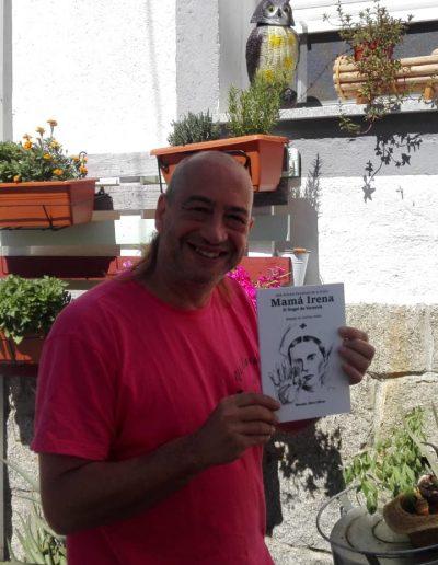 José Antonio con libro el libro de Mamá Irena.